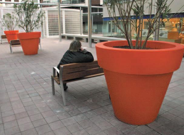 Idea interesante en patio interior con macetas de pl stico - Patios con macetas ...