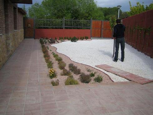Borduras para delimitar zonas y caminos son caras maderas - Piedras para jardin baratas ...