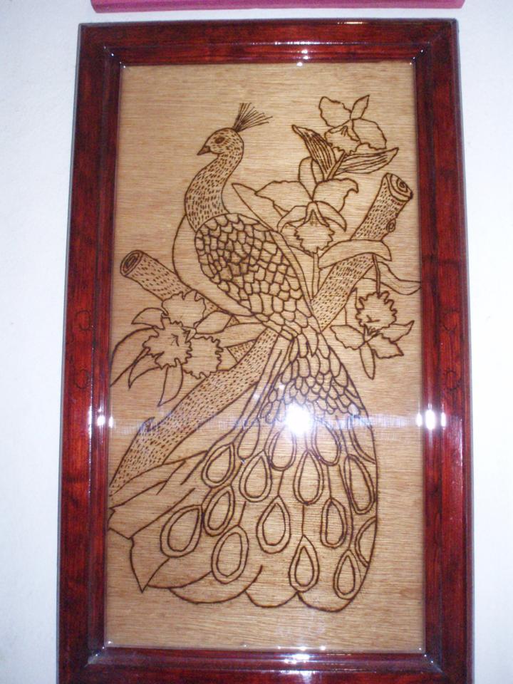 pavo real pirograbado reloj de repujado flores de chaquira y