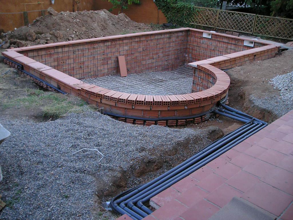 Qu poner alrededor de la piscina for Construir pileta de material